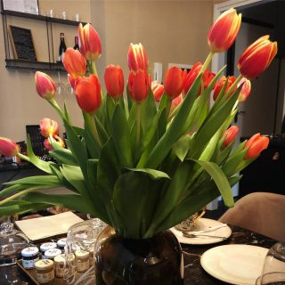 Svegliarsi al mattino con il profumo dei #fiori Wake up in the morning with the scent of #flowers #tassoluxurysuite #paneetulipani #vacation #bergamo @visitbergamo_official #myhomeforyou
